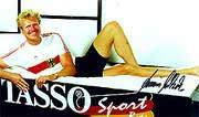 Olympia-Gold-Gewinner Armin Eichholz in einem Bett von Tasso